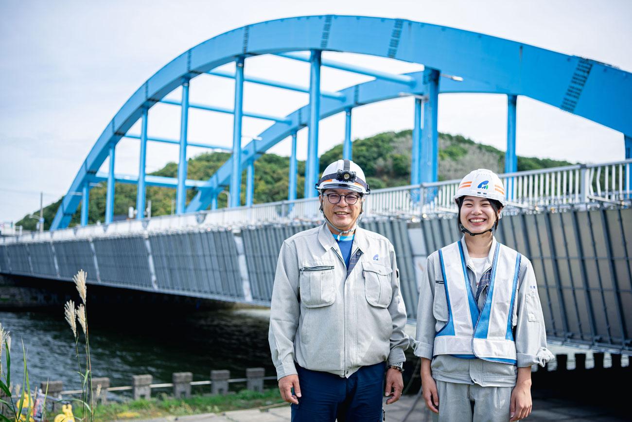 橋の前に立つ2人